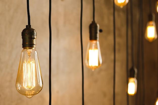 С потолка свисает много старинных лампочек накаливания