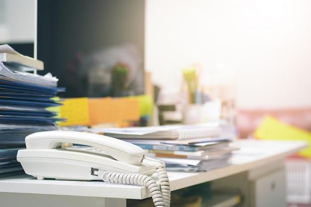 사무실 책상에 미완성 문서가 많이 있습니다. 문서 용지 더미입니다.