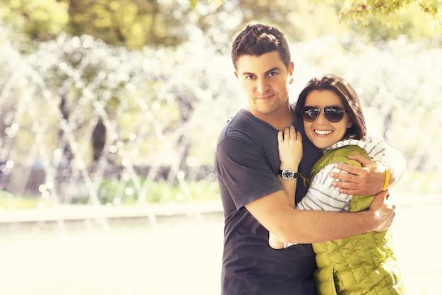 公園で抱き締める素敵なカップル