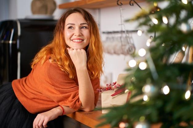 不思議な笑顔の素敵な赤毛の女の子が新年の計画を立てます