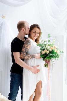 Влюбленная пара в ожидании рождения ребенка.