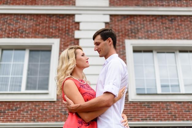 Влюбленная пара выходит на улицу.
