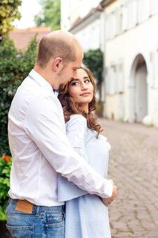 사랑하는 부부가 도시를 걷고 있습니다. 행복한 커플. 혼례. 사랑.