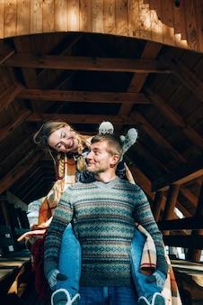 Влюбленная молодая пара отдыхает в горах в заснеженном лесу. концепция совместного отдыха