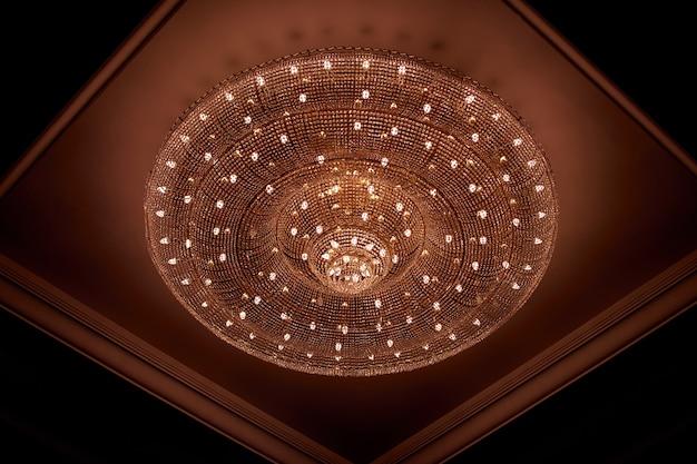 Снимок красивой люстры на потолке под низким углом