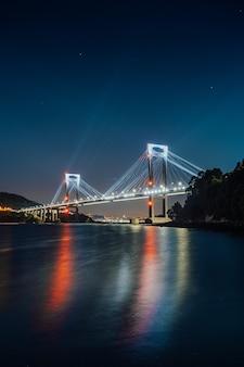 夜に水に映る光る橋
