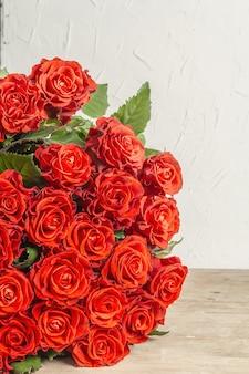みずみずしい真っ赤なバラの花束