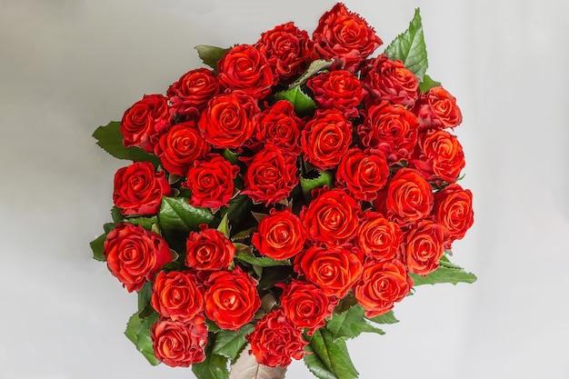 Пышный букет из свежих красных роз