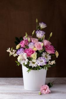 Роскошный букет из роз, ромашек, хризантем, неоткрытых бутонов в белой круглой коробке.