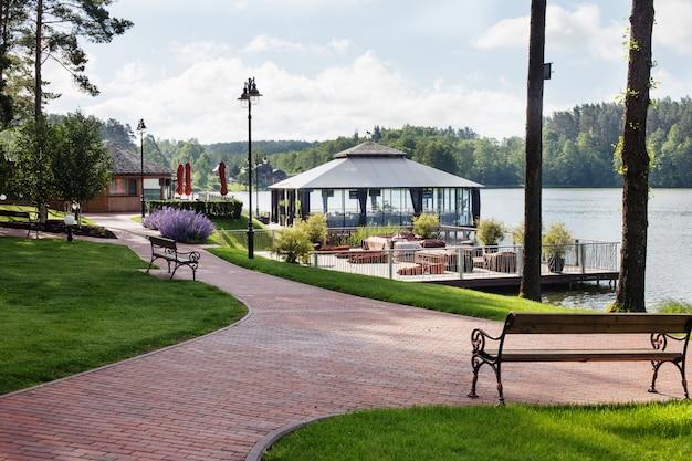 Роскошное место для отдыха на озере