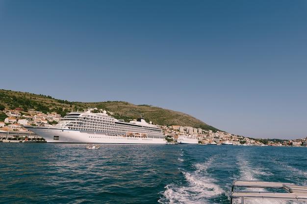 青い空を背景にクロアチア沖の豪華クルーズ船