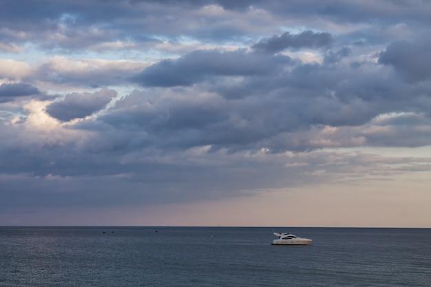 놀라운 구름 하늘과 함께 바다에서 항해중인 호화 개인 요트
