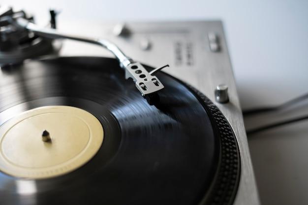 ビニールディスクを再生するマクロクローズアップレコードプレーヤーの針、昔ながらのレトロな音楽プレーヤー