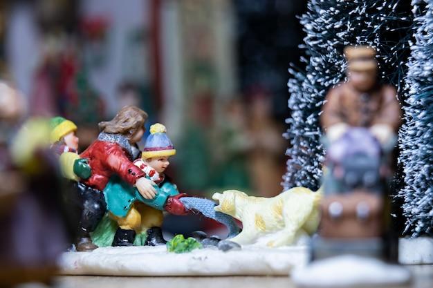 크리스마스 모형에 있는 도자기 크리스마스 입상의 매크로 사진
