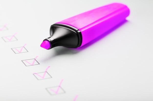 Пурпурный маркер с маркерами на контрольном листе. контрольный список концепции выполненной задачи.
