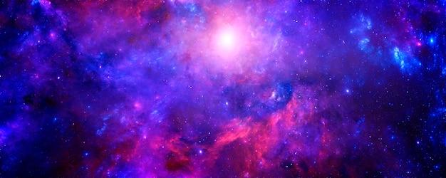 無限の宇宙の魔法の色の銀河と明るい太陽のフレアのある星空の夜