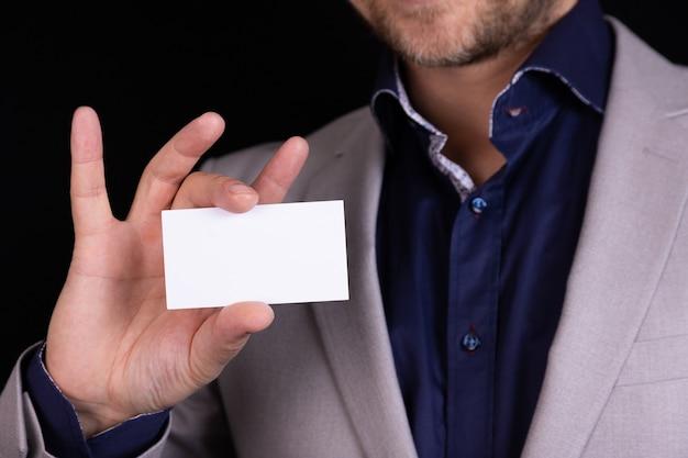 男性ビジネスマンが目の前に名刺を見せます。