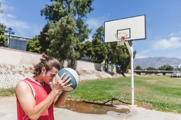 バスケットボールを両手で持っている男性プレーヤー
