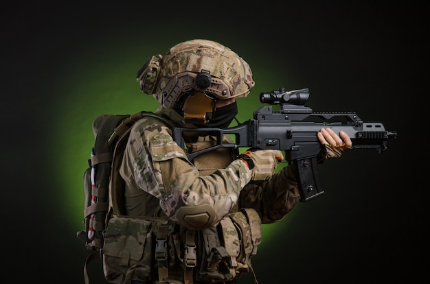 暗い背景に武器を持った軍服を着た男性兵士