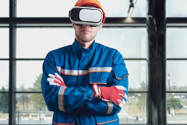 バーチャルリアリティメガネ新技術メガネを使用して制服を着た男性労働者