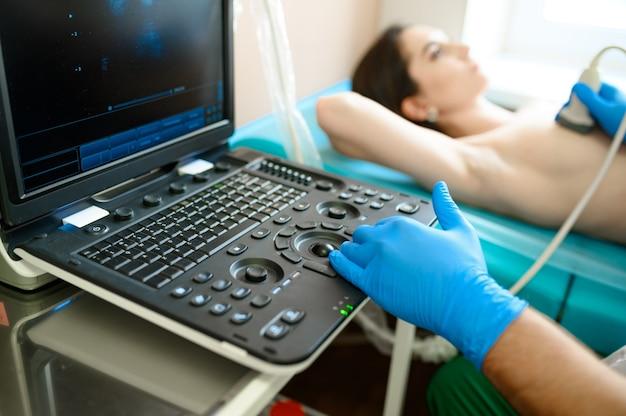 유방 전문의가 클리닉에서 유방 초음파 스캔을합니다. 병원의 유방 초음파 검사, 전문 진단. 의료 전문가 및 환자, 유방 조영술
