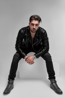 남자, 벌거 벗은 몸통의 가죽 자켓, 회색 벽, 현대 남자.