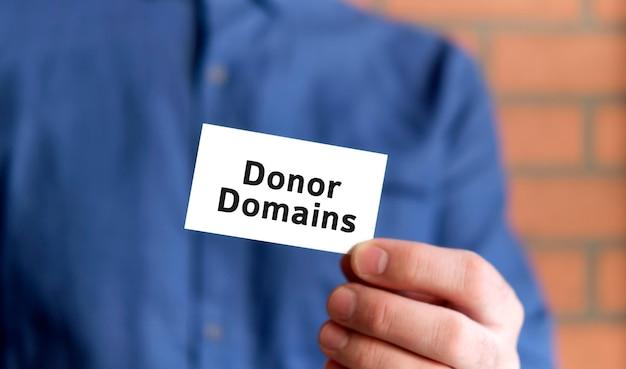 한 손에 donor domains의 텍스트가있는 서명