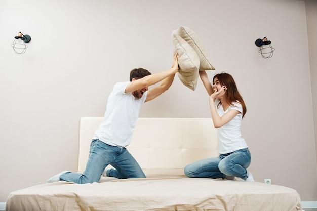 男と女がベッドに座って関係、本当のけんかについて話している