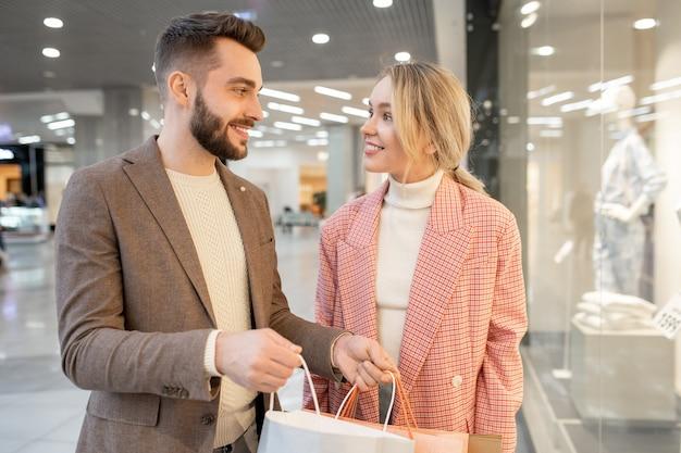 쇼핑몰에서 무엇을 샀는지 토론하는 남자와 여자