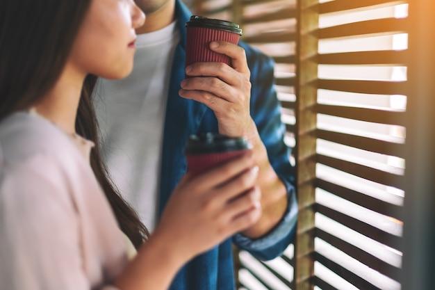 一緒にコーヒーを飲む男性と女性