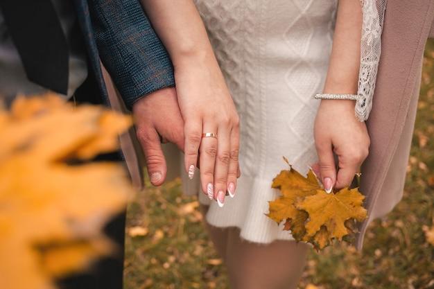 男と女がドアの外で結婚する