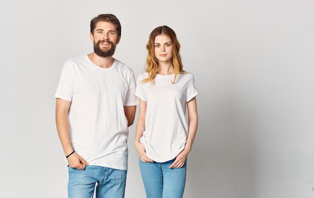 남자와 청바지에 여자와 티셔츠는 그들의 손으로 몸짓 재미있는 감정 복사 공간