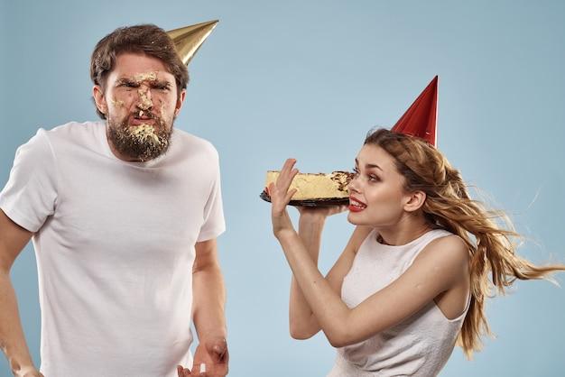 Мужчина и женщина на дне рождения с тортом