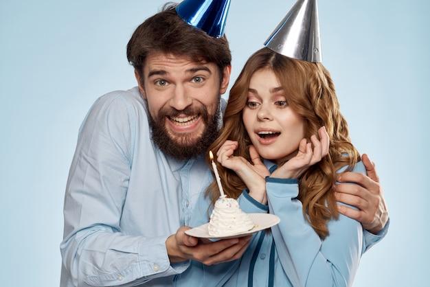 축제 모자에 컵 케이크와 촛불 생일에 남자와 여자는 재미와 함께 휴가를 축하