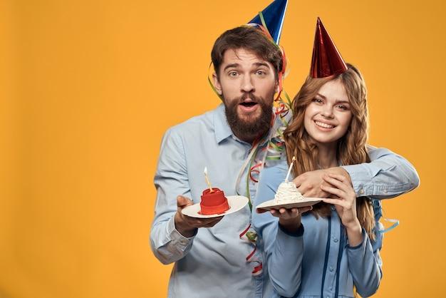 Мужчина и женщина на день рождения с кексом