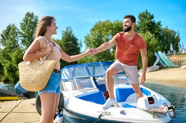 Мужчина и женщина на пристани после прогулки на лодке