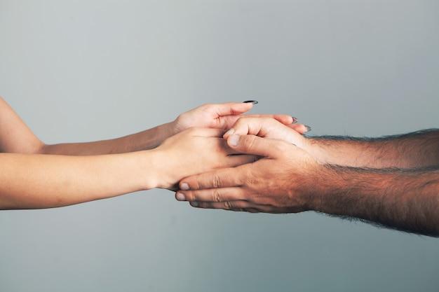 男と女が優しく握手