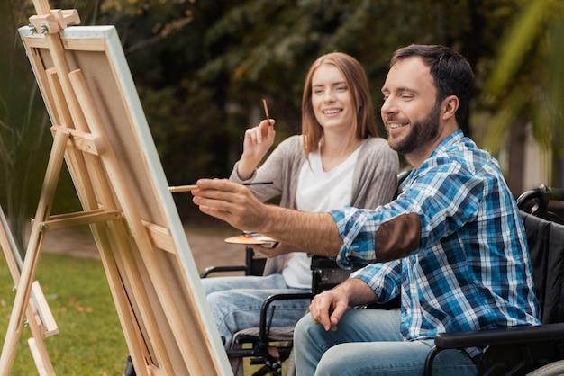 휠체어에 장애인이있는 남자와 여자
