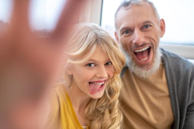 남자와 그의 딸은 즐겁고 재미를 느끼고 있다