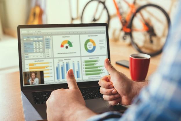 男性がオンライン会議中に統計を承認します。