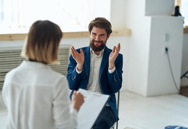 Мужчина на приеме у психолога, общение, диагностика проблемы, консультация