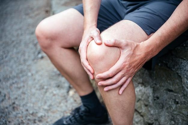 膝蓋大腿痛症候群による膝の痛みに苦しんでいる男性アスリート