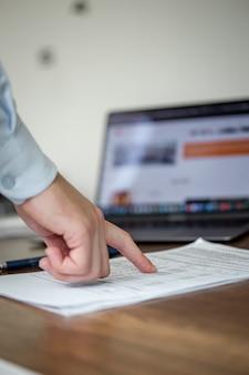 Мужчина проверяет документы пальцем
