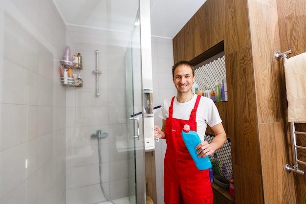 샤워 유리를 청소하는 남자