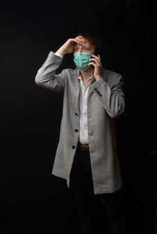 한 남자가 의심되는 코로나 바이러스로 의사와 상담합니다.