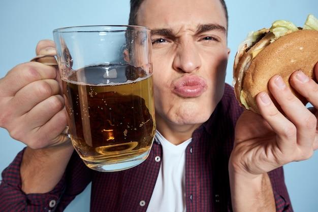 グラスからビールを飲む男性