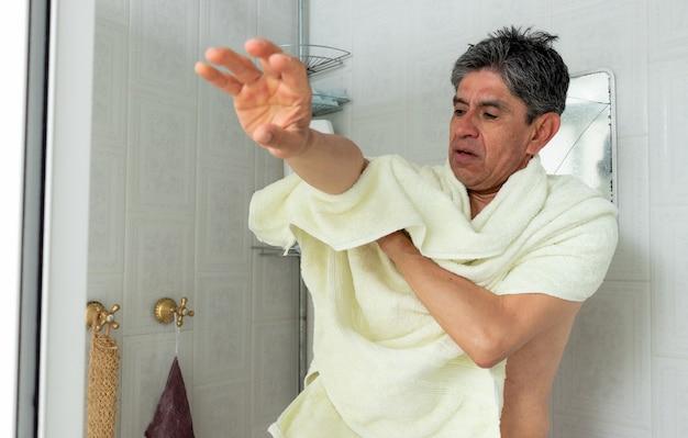 タオルで体を乾かす男