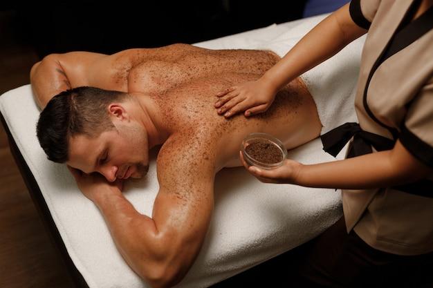 Мужчина наслаждается балийским массажем