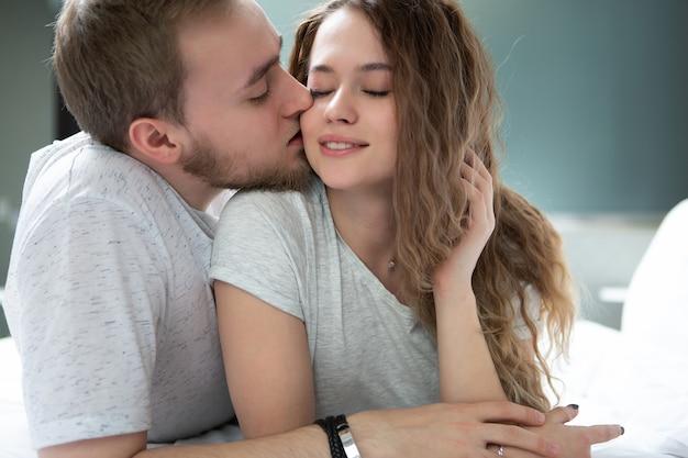 男は喜んで目を閉じた美少女に優しくキスする
