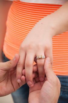 여자에게 결혼 반지를주는 남자. 결혼 제안 개념
